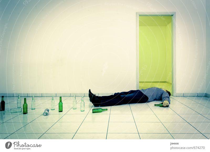 Ruhe Alkohol maskulin Körper Hand 1 Mensch 18-30 Jahre Jugendliche Erwachsene 30-45 Jahre Mauer Wand liegen trinken kalt Krankheit blau grün schwarz weiß