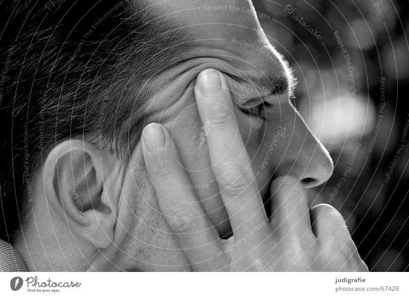 Nachdenklich Mann Hand Finger Bart unrasiert Wimpern Augenbraue Denken Philosoph Wachsamkeit skeptisch Anlegestelle Konzentration Schwarzweißfoto Gesicht