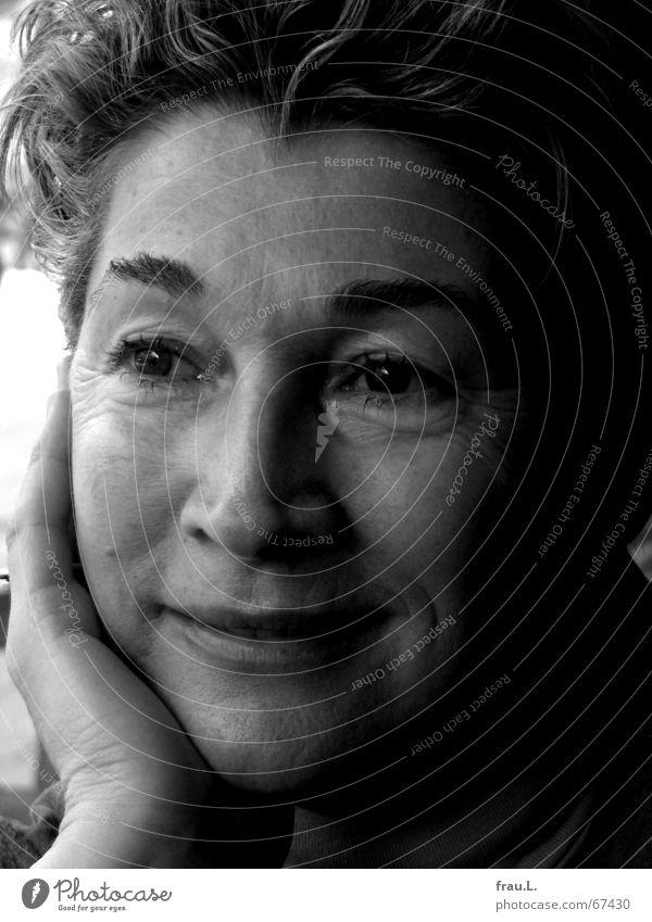 Elfie lächelt Freude schön Gesicht ruhig Frau Erwachsene Weiblicher Senior Auge Hand glänzend lachen tief attraktiv Lachfalte 50 plus Falte schmelz potrait