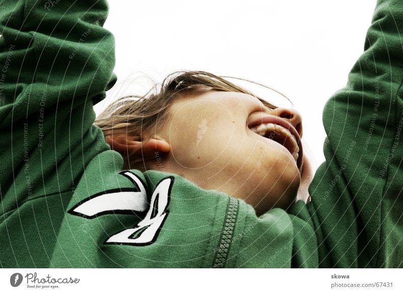 hängen Spielplatz Froschperspektive grün Kind blond Jacke Spielen klettergerüst Freude Mund Junge Zähne
