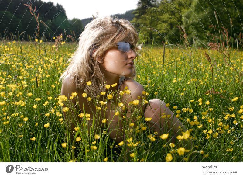 Akt im Grünen 1 Frau Blume Wiese blond Sonnenbrille Brille