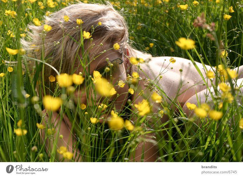 Akt im Grünen 2 Frau Blume Wiese blond Sonnenbrille