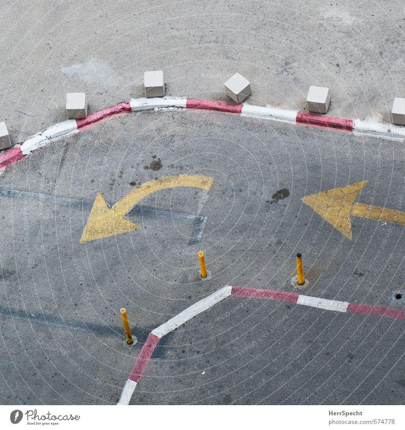 Parcours Stadt weiß rot gelb Straße grau Verkehr Schilder & Markierungen Ordnung Platz Hinweisschild Zeichen Asphalt Pfeil Verkehrswege eng