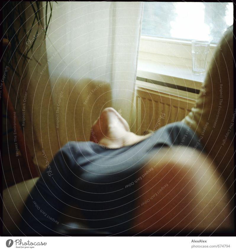 Man weiß es nicht. Wohnzimmer Junge Frau Jugendliche Knie Dekolleté Kinn Schulter 18-30 Jahre Erwachsene Pflanze Kleid hängen liegen ästhetisch sportlich