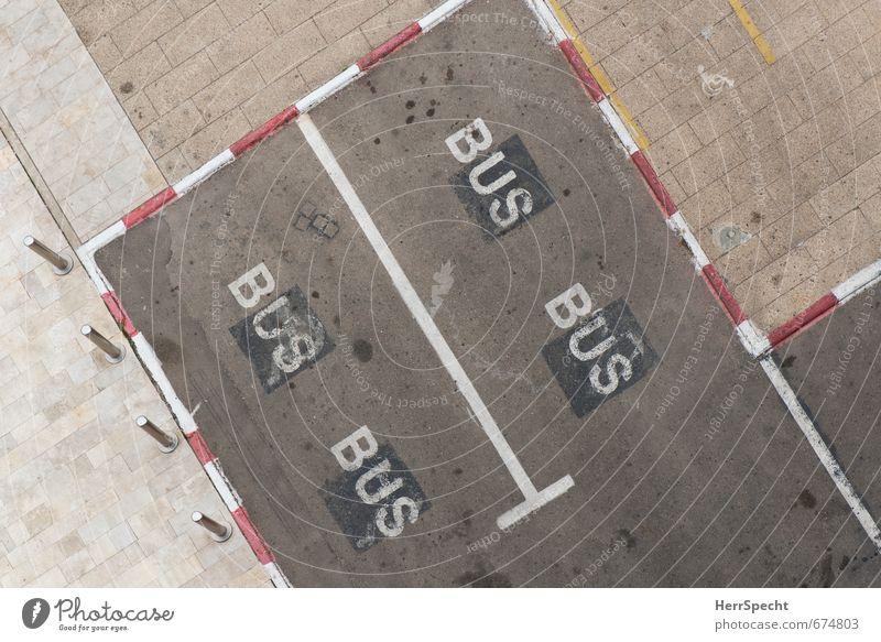 Textfreiraum Mitte Stadt Menschenleer Platz Verkehr Personenverkehr Busfahren Straße Stein Schriftzeichen Schilder & Markierungen trist grau Parkplatz Parkbucht