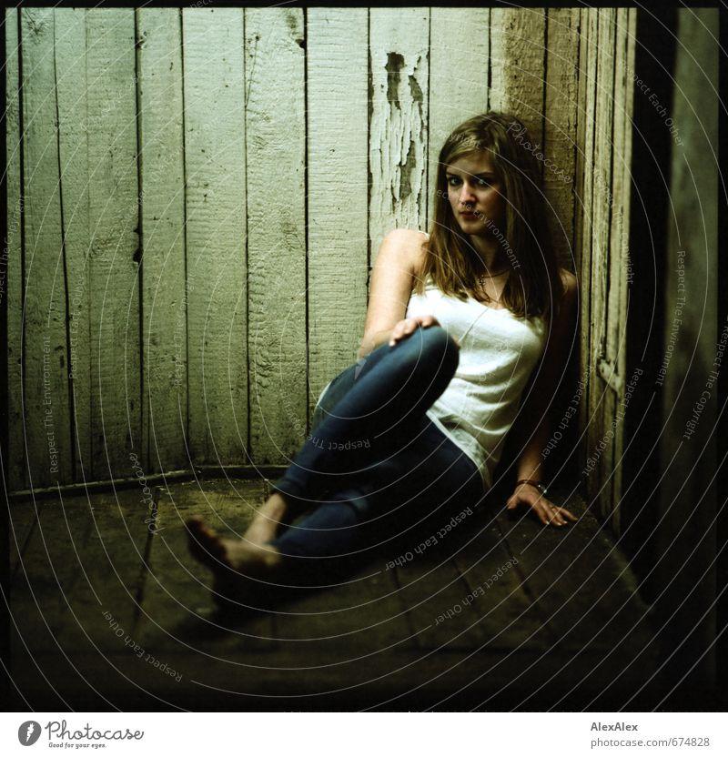 weiter oben Dachboden Junge Frau Jugendliche Körper 18-30 Jahre Erwachsene Jeanshose Top Barfuß blond langhaarig Holzbrett beobachten sitzen sportlich trendy
