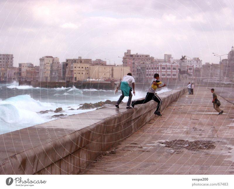 kinder am malecon Kuba Ruine Meer Atlantik Wolken Kind Spielen Freizeit & Hobby springen Wellen Wucht Gischt weiß spritzig Schlagloch Mauer Beton Promenade