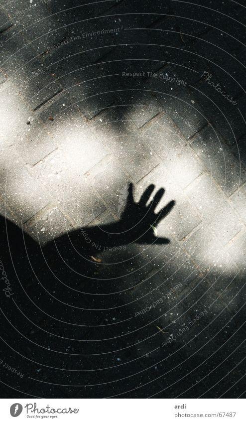komm raus Hand Sonne Straße dunkel Wege & Pfade Arme Finger Bodenbelag gruselig Kopfsteinpflaster Geister u. Gespenster Griff Pflastersteine Kriminalroman Terror Thriller