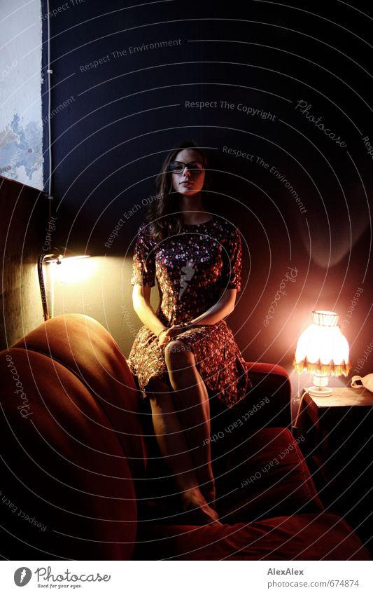 Cafè Lampe Sofa Café Junge Frau Jugendliche Beine Brille 18-30 Jahre Erwachsene Kleid Barfuß brünett langhaarig beobachten Kommunizieren Blick sitzen sportlich