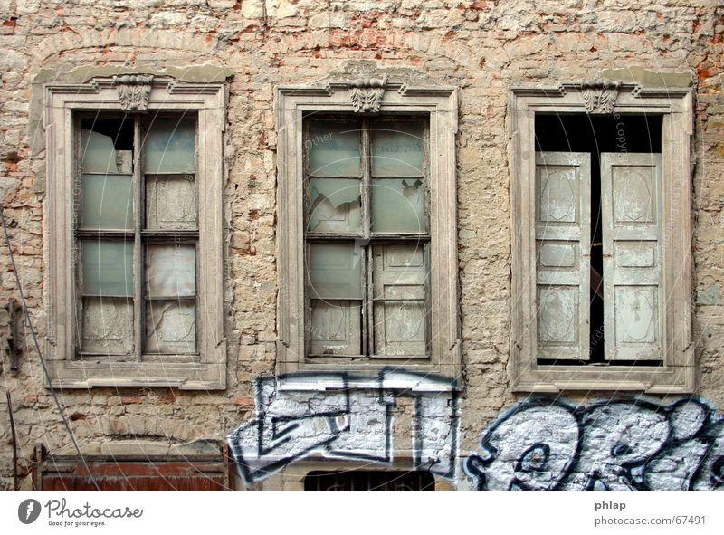 Fenster ins Leere schwarz weiß Haus historisch Renaissance Gebäude Ruine Fassade Leerstand Trauer Hoffnung Außenaufnahme Stillleben graffity alt leerstehend