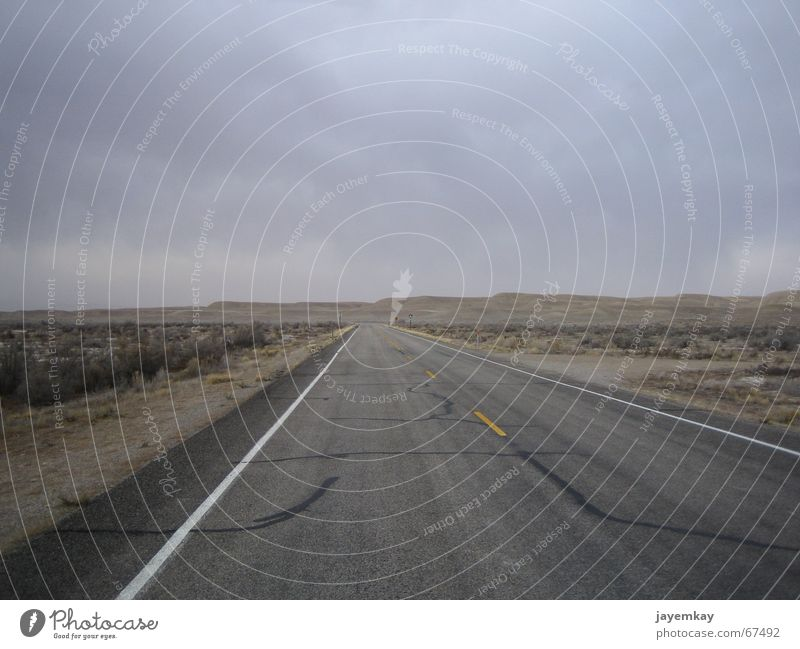 Lonely Planet Einsamkeit Straße dunkel USA Wüste Asphalt trocken Ödland Weste Utah gottverlassen