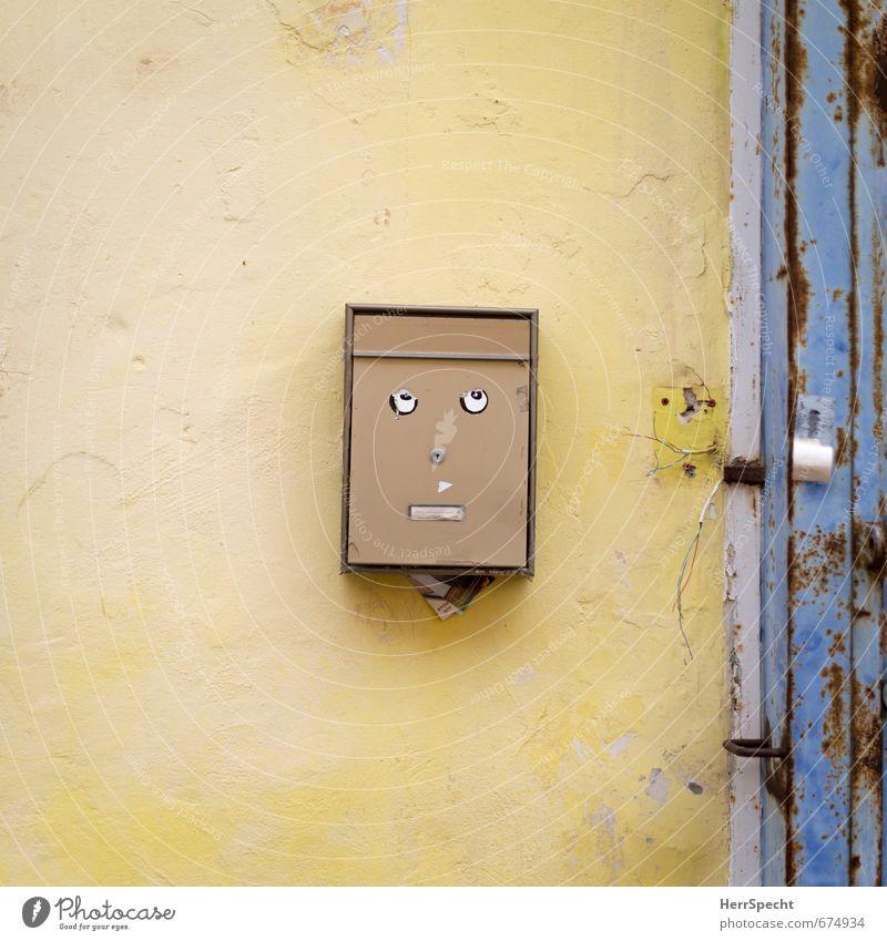 Einsamkeit alt Stadt Haus gelb Gesicht Wand Traurigkeit Auge Mauer Stein Metall Fassade Tür trist Coolness