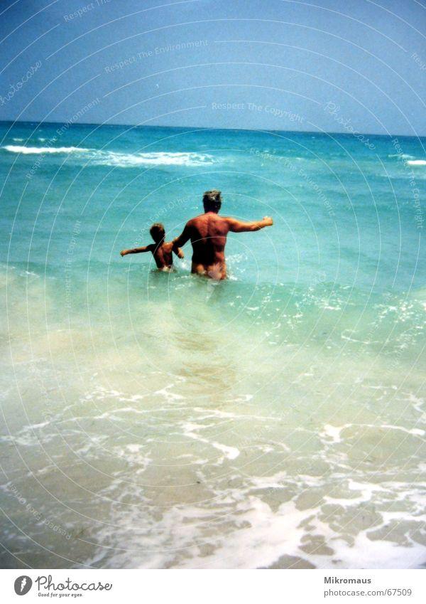 Opa mit Enkel 2 Kind Wasser Himmel Meer blau Sommer Freude Strand Ferien & Urlaub & Reisen Erholung nackt Sand braun Wellen nass frei