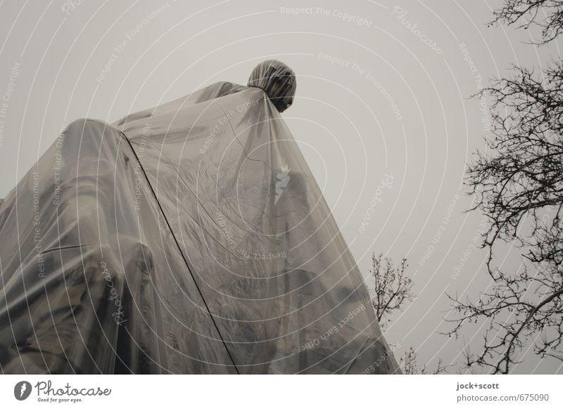Kopf oben behalten Himmel Winter grau Denken trist stehen Platz Wandel & Veränderung Schutz Kultur historisch Völker Glaube Denkmal Sehenswürdigkeit Skulptur