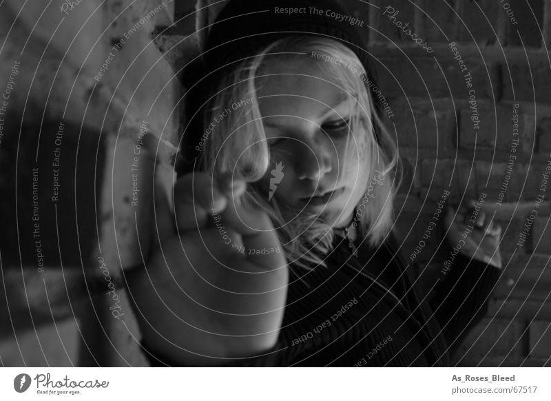 alone Frau Einsamkeit ruhig dunkel 18-30 Jahre Junge Frau ausdruckslos Sorge Hoffnungslosigkeit Isoliert (Position) Frauengesicht Opfer ausweglos