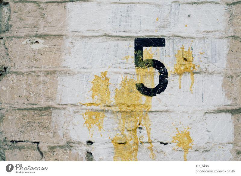 fnüF Bahnhof Eisenbahn Gleise Stein Ziffern & Zahlen hässlich hell trist gelb schwarz weiß Einsamkeit ästhetisch Ewigkeit Vergänglichkeit 5 Mauerreste Wand Putz