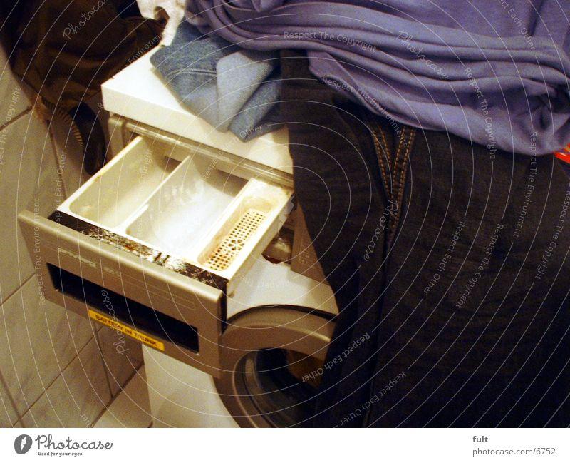 Waschtag Waschmaschine Schublade Bekleidung Hose Maschine Reinigen Sauberkeit Stoff feucht nass Kleid rein Waschmittel Jeansstoff Wäsche Jeanshose Dinge