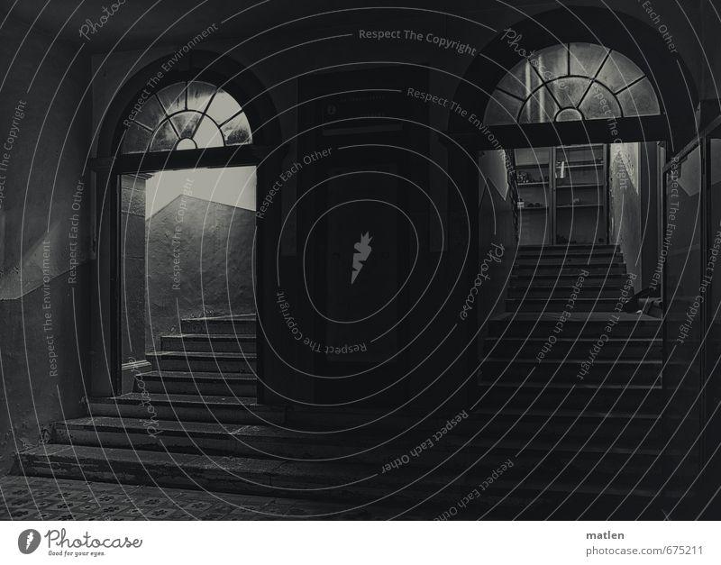 offre alternative Altstadt Menschenleer Haus Gebäude Mauer Wand Treppe Tür authentisch dunkel schwarz weiß Treppenhaus Entscheidung Schwarzweißfoto