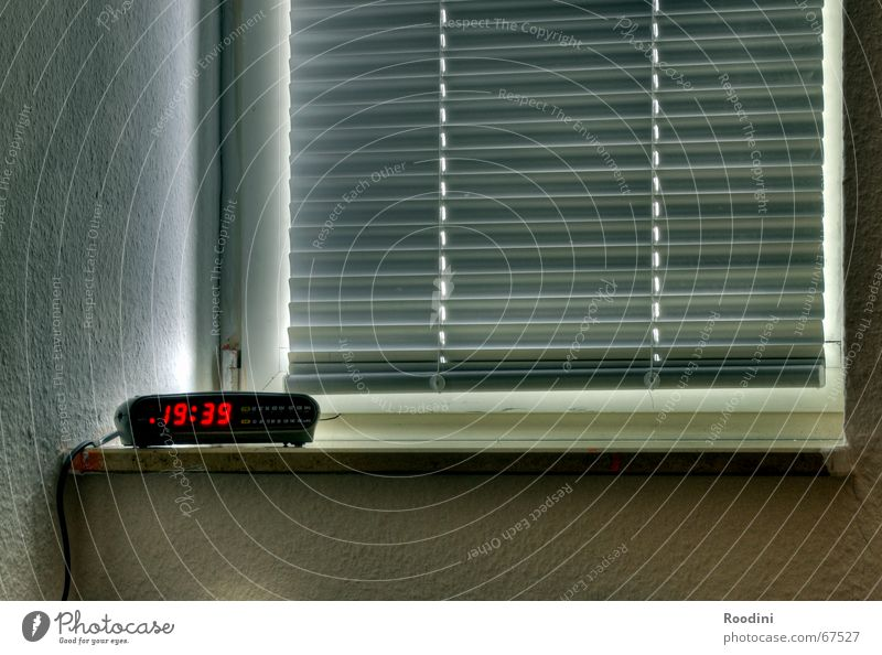 Aufstehen? Uhr Zeit Wecker Fenster Fensterbrett HDR Anzeige digital Ziffern & Zahlen Jalousie Abend