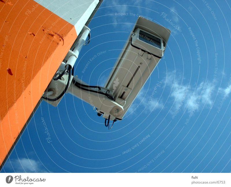 Überwachungskamera Himmel blau Wand Stein Mauer Gebäude Beton Industrie Macht Technik & Technologie beobachten Fotokamera entdecken Kontrolle Überwachung beachten