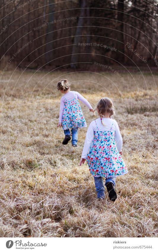 hanni und nanni Mensch feminin Kind Mädchen Geschwister Schwester Kindheit Leben 2 3-8 Jahre Umwelt Natur Frühling Schönes Wetter Park Wiese Wald entdecken