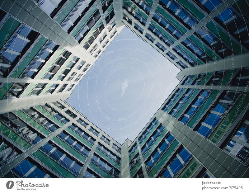 Blau Hinterhof Bürogebäude Fassade Fenster eckig modern Symmetrie Rahmen Immobilienmarkt Strukturen & Formen Hintergrund neutral Schatten Lichterscheinung
