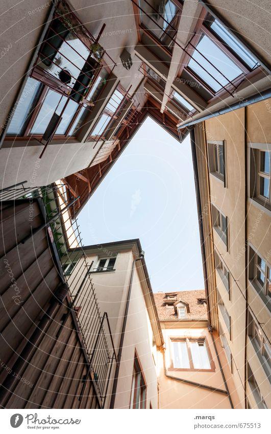 Innenhof Häusliches Leben Wolkenloser Himmel Altstadt Haus Gebäude Architektur Fassade Fenster Coolness eckig hoch modern schön Stadt Perspektive aufstrebend
