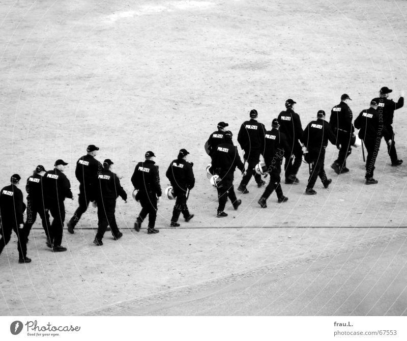 gehen Mensch Mann Einsamkeit Arbeit & Erwerbstätigkeit außergewöhnlich Ordnung Platz Macht Sicherheit Kontrolle Polizist Weltmeisterschaft Uniform 2006