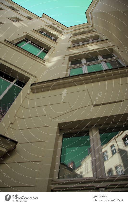 { Himmel über Berlin II } hoch Schattenseite Haus Altbau Sanieren Mauer davor stehen unten Fenster live Klarheit Schönes Wetter von unten nach oben