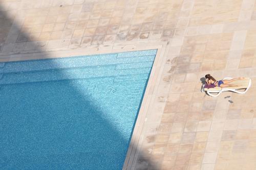 Platz an der Sonne Mensch Jugendliche schön Einsamkeit Erholung Junge Frau ruhig 18-30 Jahre Erwachsene feminin sprechen Schwimmen & Baden Denken liegen