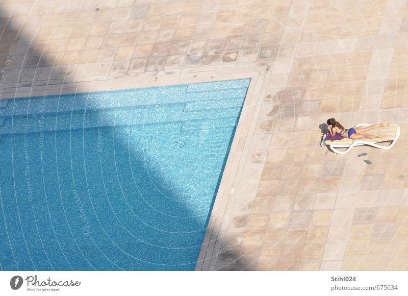 Platz an der Sonne Zufriedenheit Erholung ruhig Schwimmen & Baden Sonnenbad Schwimmbad Handy feminin Junge Frau Jugendliche 1 Mensch 18-30 Jahre Erwachsene