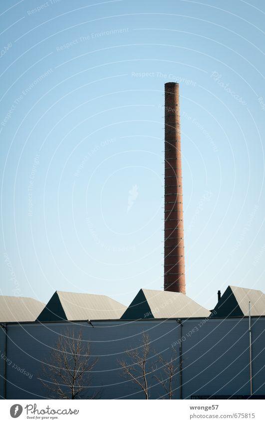 Fabrikhalle mit Schlot blau Herbst Fassade trist hoch Industrie Dach rund Industriefotografie Wolkenloser Himmel Schornstein Blauer Himmel Industrieanlage