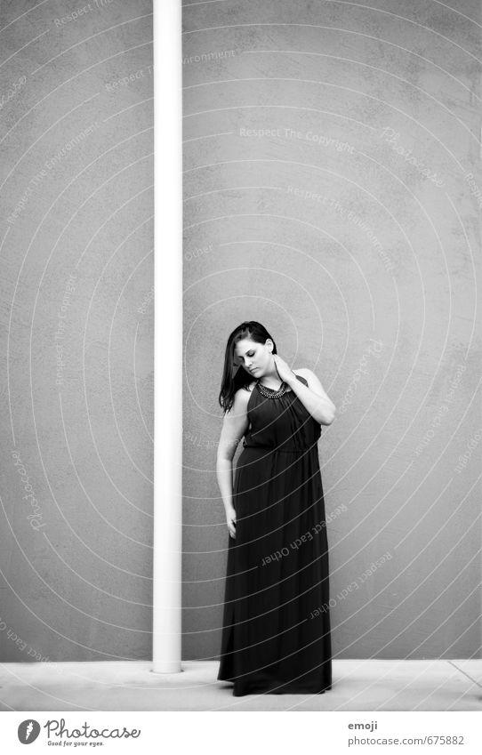 schwarz feminin Junge Frau Jugendliche Erwachsene 1 Mensch 18-30 Jahre Mode Kleid elegant schön Erotik Schwarzweißfoto Außenaufnahme Hintergrund neutral Tag