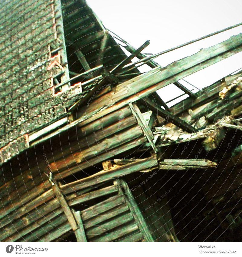 armes Polen Holz kaputt Bauernhof Sturm Backstein Verfall Unwetter Holzbrett Renovieren Polen verrotten Blitzschlag Zahn der Zeit