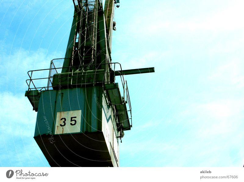 Kran Sommer Stahl heben Wasserfahrzeug Außenaufnahme Froschperspektive Himmel blau zerkleinern Gewicht Hafen Technik & Technologie industrie heben Container