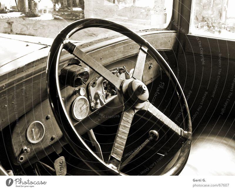 look mal in Oldtimer Fahrzeug KFZ Lenkrad Armaturenbrett Tachometer Drehzahlmesser Windschutzscheibe Ledersitz Uhr Hebel Schalter verfallen staubig PKW