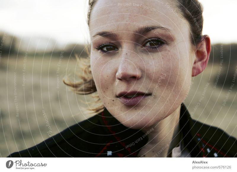 Außenportrait einer jungen Frau bei Wind Junge Frau Jugendliche Gesicht 18-30 Jahre Erwachsene Jacke brünett langhaarig Sommersprossen beobachten Kommunizieren