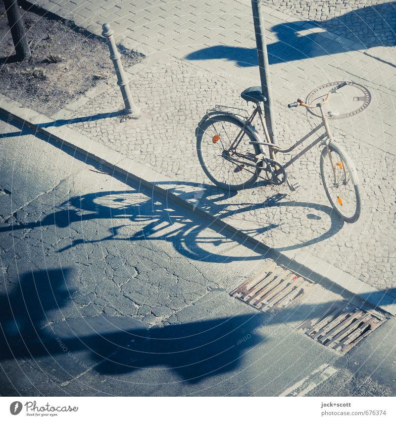 Licht der Stadt Sommer Straße Stil Glück Zeit hell leuchten Fahrrad Perspektive frei Klima retro Bürgersteig Riss Geborgenheit