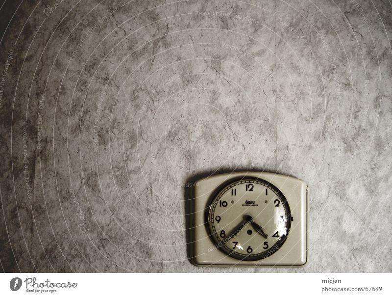 Ommis olle Uhr alt weiß gelb dunkel Wand grau Mauer Metall klein Zeit retro rund Dekoration & Verzierung Innenarchitektur