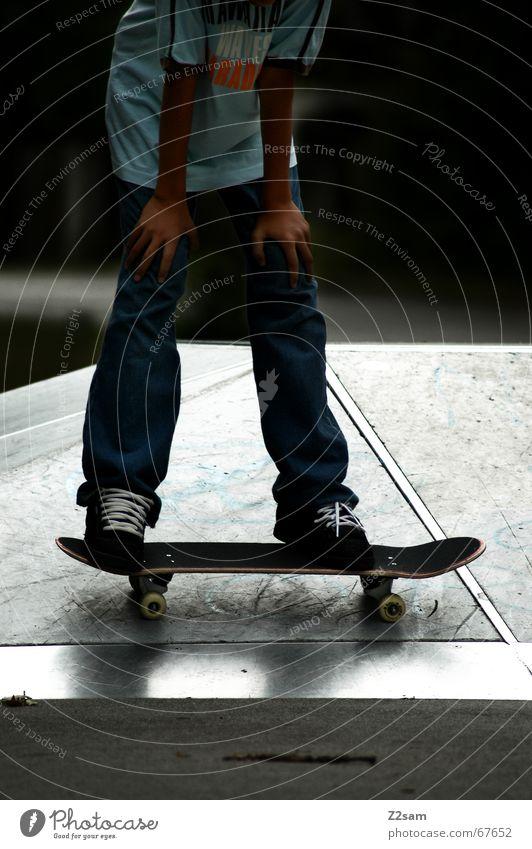 Auszeit Skateboarding Pause stehen Sport Parkdeck Denken anlehnen Funsport