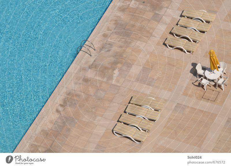 Ordnung am Pool blau Wasser Einsamkeit Erholung ruhig kalt Schwimmen & Baden Stein braun liegen Lifestyle ästhetisch Schwimmbad Wellness ausdruckslos