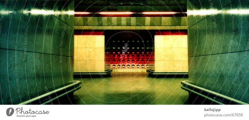 schwarz, rot, gold U-Bahn Prag Station Sozialismus Tunnel Lampe Menschenleer Mischung witwinkel kallejipp groß Panorama (Bildformat)