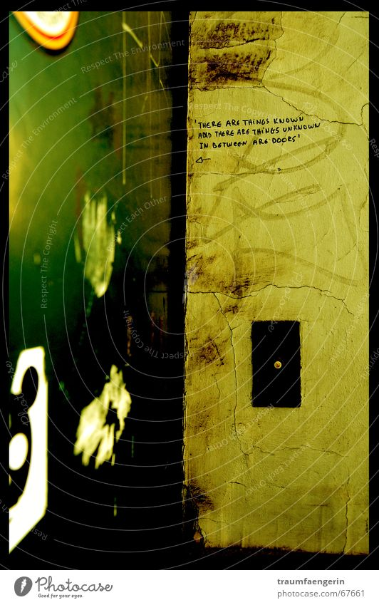 und dazwischen sind türen... grün gelb Wand Graffiti Tür dreckig Putz Etikett Klingel Schmiererei Belgien
