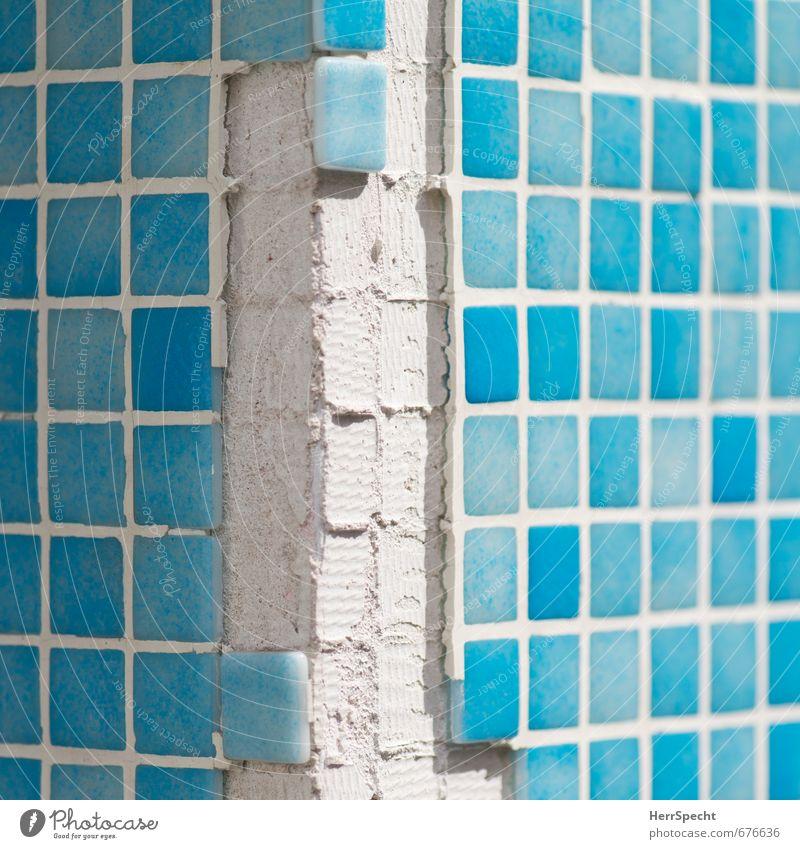 Eckschaden Stadt Haus Bauwerk Gebäude Mauer Wand Fassade eckig kaputt trashig trist türkis weiß Ecke Mosaik Quadrat abgeschlagen abgefallen fehlen