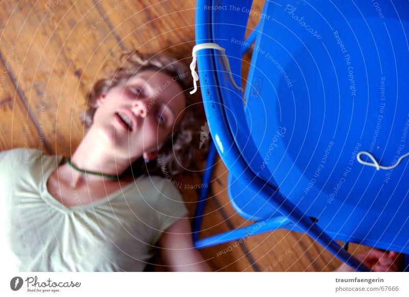 spaghetti mord blau grün gelb Tod Leben Wege & Pfade blond Mund leer Bodenbelag Stuhl Locken vergangen Nudeln Holzfußboden Spaghetti