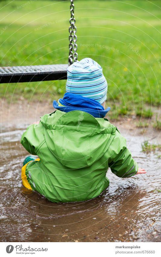 kind sitzt in pfütze Mensch Kind Sommer Freude Wiese Junge Spielen Glück Kopf Freizeit & Hobby maskulin Kindheit Rücken Ausflug Abenteuer Bildung