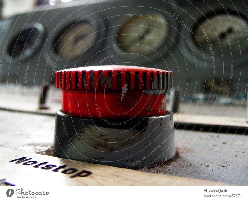 Notstop - Mißbrauch strafbar Schalter Knöpfe wichtig Notfall rot rund Problematik Alarm stoppen Tachometer Dingsbums Erleichterung Innenaufnahme notschalter