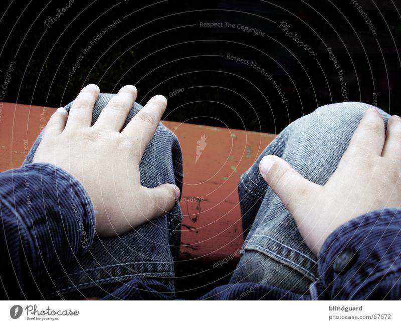 Rumsitzen Hand Hose beobachten Kind Erholung Finger Kinderhand Jeansjacke Blick Jeanshose Bank lanweilen Langeweile warten Falte Feste & Feiern trist orange