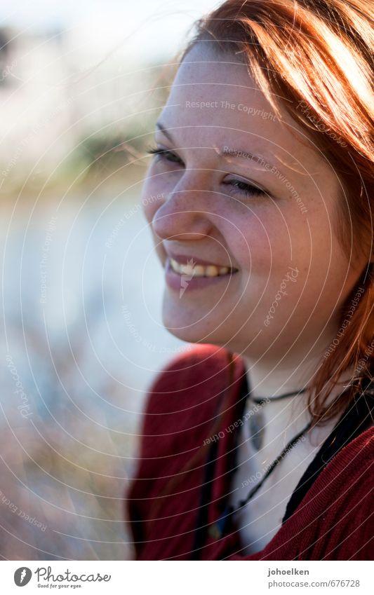 Portrait mit Sonne Mensch Jugendliche schön rot Junge Frau 18-30 Jahre Gesicht Erwachsene feminin lachen Glück glänzend gold Zufriedenheit leuchten frisch