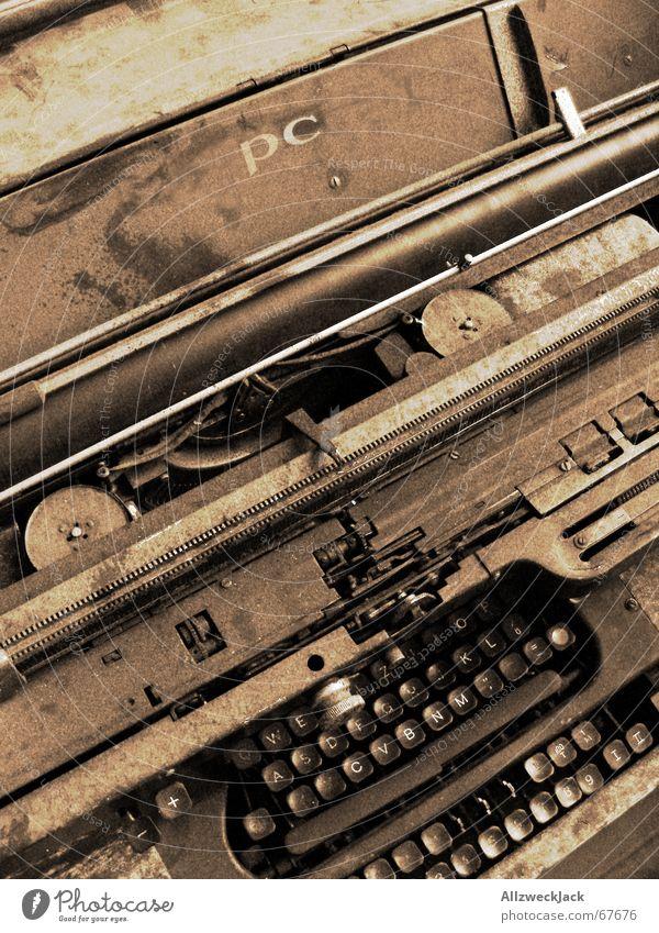 Multitaster deluxe Schreibmaschine antik Rost schäbig Buchstaben Fundstück mercedes eingestaubt unordentlich ungeliebt berühren viele tasten